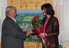 Starosta Mirovic Zdeněk Bárta převzal od místostarostky Marie Hrdinové poděkování za 24 let práce pro město.
