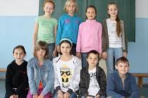 ODPOVÍDALI.  V horní řadě jsou Kristýna Vachoutová, Natálie Reissingerová, Barbora Mašková a Emma Körnerová a v dolní řadě Denisa Prajzlerová, Michaela Brousilová, Adéla Micková, Jakub Micka a Štěpán Lednický.