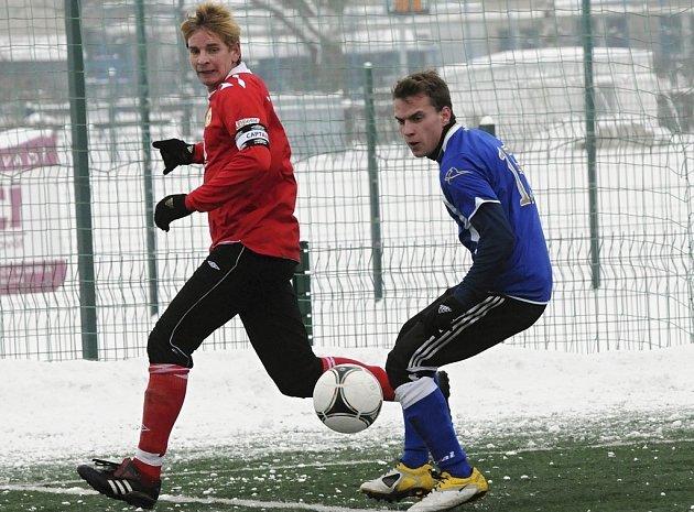 Domácí Jan Zušťák (vlevo) bojuje o míč s hostujícím Slavíkem v nedávném přípravném utkání, ve kterém třetiligoví fotbalisté FC Písek zvítězili nad juniorkou Dynama České Budějovice 1:0.