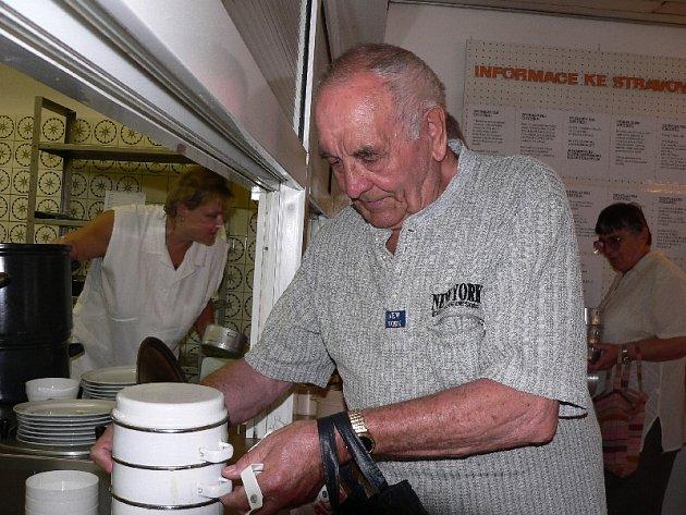 Obyvatelé domů s pečovatelskou službou, ale i další senioři v Písku, využívají služeb Stravovacího a společenského střediska pro důchodce, jehož zřizovatelem je město. Včera si senioři  pochutnali na hovězím na zelenině  s knedlíkem.