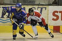 Na snímku z minulého zápasu první hokejové ligy IHC Písek – HC Olomouc (2:4) bojuje o puk domácí Josef Klement (vlevo) s hostujícím Romanem Rácem.