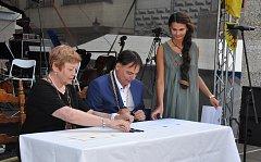 Podpis partnerské smlouvy na Velkém náměstí.