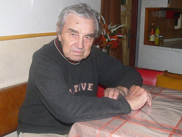 Josefu Pelikánovi je 87 let, v lednu oslaví 88. narozeniny. Je nejstarším zastupitelem nejen v Minicích, ale i v celé České republice.