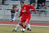 Patrik Káník (u míče), kterého atakuje Bajza, sehrál v sobotu svůj první zápas za tým FC Písek, a to proti Slovanu Liberec B. Porážkou 0:1 byl hodně zklamaný.