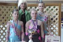 Na snímku jsou gymnastky Sokola Písek. Zleva stojí: Hana Strnadová, Tereza Sajtlová a Kristýna Bártová. Za nimi stojí trenérka Lenka Karlová.