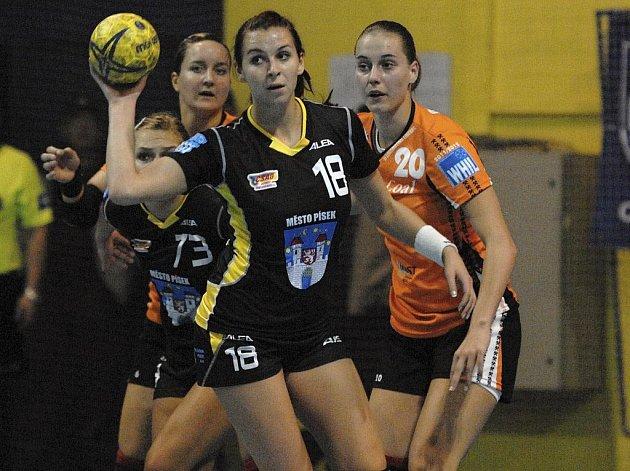 Na snímku je písecká házenkářka a česká reprezentantka Iveta Luzumová (s míčem) v interligovém zápase Písku s Mostem (24:24), vpravo ji atakuje hostující Martina Weisenbilderová.