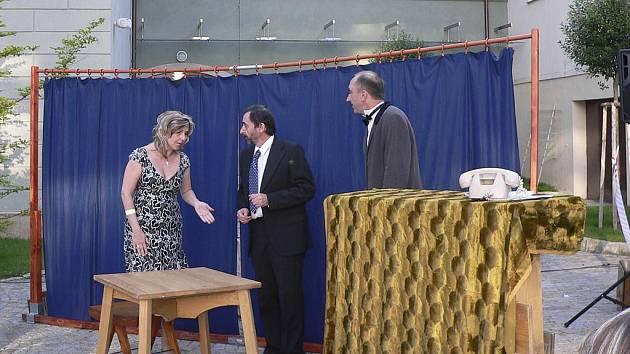 Snímek je ze hry Hotel Modrá hvězda, kterou členové Prácheňské scény  uvedli také na nádvoří Sladovny v Písku.