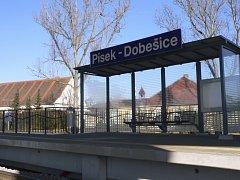 Zastávka Českých Drah v Dobešicích je zatím opuštěná.
