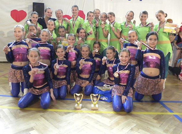 Na snímku jsou cvičenky týmů píseckého klubu AS Sole, které si velmi dobře vedly v posledním závodě letošního seriálu soutěže Žij pohybem 2012.