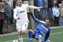 Uzdravený kapitán třetiligových fotbalistů FC Písek Jan Pastyrik (na snímku vlevo uniká libereckému Kessnerovi) by už měl nastoupit za svůj tým v nedělním utkání v Králově Dvoře.