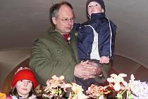 ZÁJEM. Květiny se líbily jak těm nejmladším, tak i jejich rodičům. Na snímku Josef Pich s dětmi Martinem a Annou.