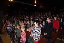 Školáci v Kovářově oslavili 100. výročí republiky vlastním programem v kovářovském kinosále.