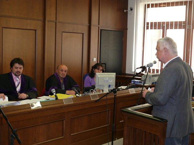 Místostarosta Hluboké nad Vltavou Pavel Dlouhý u píseckého okresního soudu jako svědek v kauze uplácení úředníků