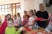 Žáci z Tylovky tvořili s klienty Diakonie Blanka velikonoční výzdobu.