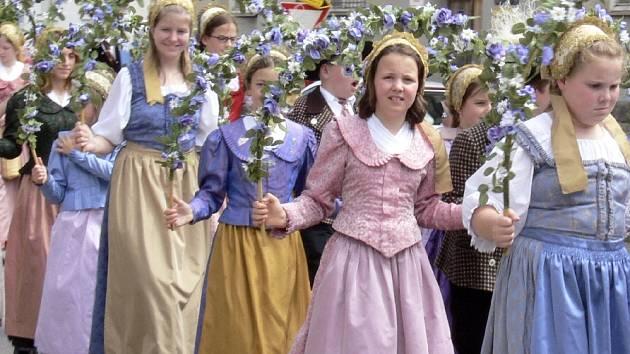 Jihočeský folklorní festival.  Hostem XII. Jihočeského folklorního festivalu, který se od pátku do neděle konal v Kovářově,  byl  dětský soubor Kindertanzgruppe aus Krems–Stein z Rakouska. V průvodu se představil s květinovými oblouky.