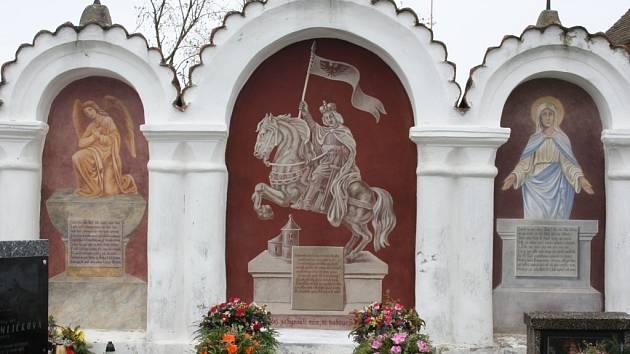 Opravené kapličky na albrechtickém hřbitově.