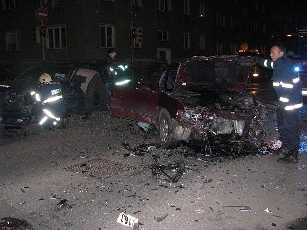 Hrozivě vypadající nehoda dvou aut na křižovatce ulic Kollárova a Jeronýmova skončila bez zranění.