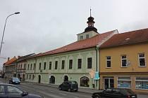 Budova bývalého soudu je nejstarší ve městě. Sídlí v ní Galerie M a městská knihovna. Ilustrační foto.
