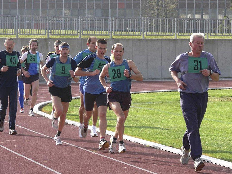 Muži běží v Písku závod na šedesát minut. Zprava jsou na trati: Jiří Schneinherr (č.31), Jiří Jansa (28), Bohuslav Rodina (9), Václav Eninger (43) a Stanislav Jančář (26).