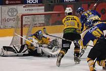 Domácí útočník Slavík, atakovaný Heřmanským, z této šance brankáře hostí Kalouska nepřekonal, přesto ve třetím semifinálovém utkání play off hokejisté Písku zvítězili nad Kutnou Horou 7:0.