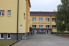 Základní škola Mikoláše Alše v Miroticích.