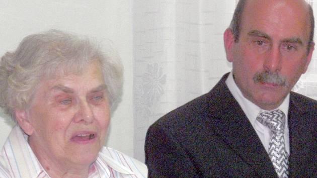 Besedy v Bernarticích se zúčastnila básníkova manželka Marie Kostohryzová, která připomněla nejvýznamnější etapy  jeho života. Na snímku je se starostou obce  Pavlem Souhradou.
