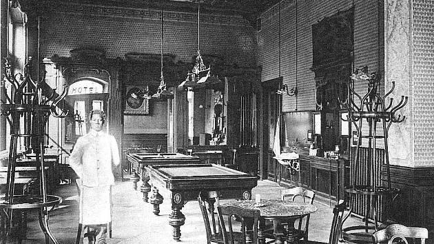 KAVÁRNA. V přízemí hotelu Dvořáček bývala kavárna, kde se také hrál biliár.