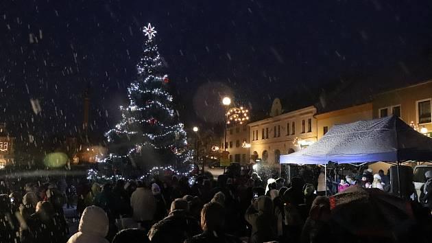 Rozsvícení vánočního stromu v Mirovicích.
