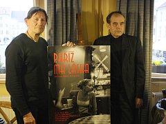 V KAVÁRNĚ. Snímek je z vernisáže výstavy fotografií Jaroslava Hübla v českobudějovické kavárně Café au Chat Noir. Autor (vlevo) je zde s galeristou a nakladatelem Michalem Tůmou.
