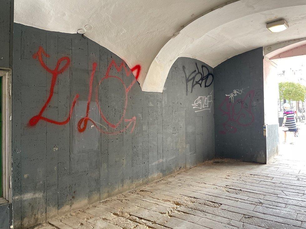 Průchod z Velkého Náměstí do Palackého sadů. Má soukromého majitele a město ho proto nemůže opravit.
