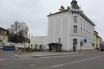 Prostranství u budovy bývalé spořitelny, kde sídlí infocentrum a Muzeum milevských maškar.