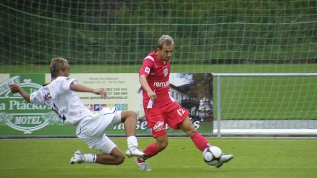 Michal Skopalík (na snímku z utkání s Pardubicemi vlevo se snaží zastavit unikajícího Lukáše Rešetára) vstřelil v zápase třetí fotbalové ligy v Chomutově druhý gól svého týmu a podílel se tak na výhře mužstva FC Písek v poměru 2:1.