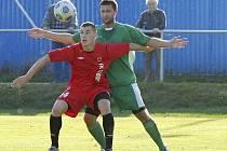 Hostující Sivák (vpravo) atakuje domácího Stoszka v zápase fotbalové divize, ve kterém Tábor hrál s Čížovou 0:0.
