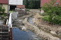 Povodí Vltavy buduje na potoce v Týnské ulici v Bernarticích protipovodňová opatření.