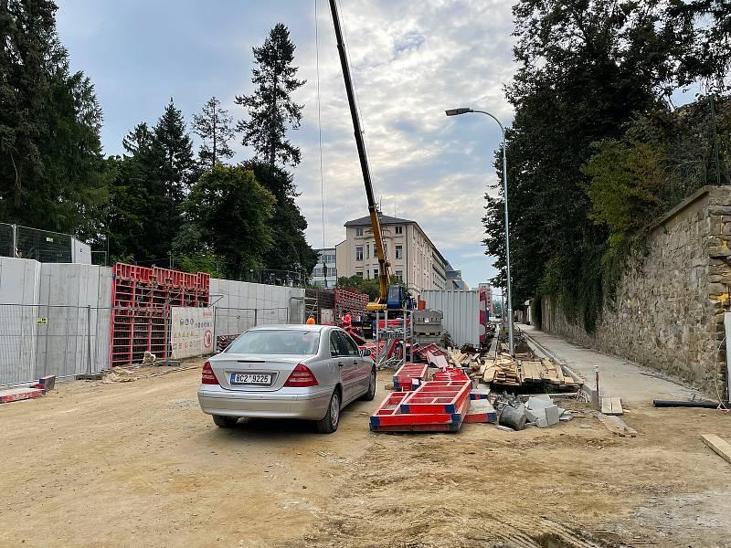 Řidiči se konečně dočkají zprůjezdnění Zeyerovy ulice.