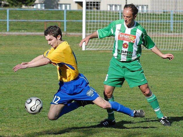 Hostující Štych (vpravo)  fauluje domácího Komárka v nedělním utkání krajského přeboru v kopané, ve kterém celek FC ZVVZ porazil na svém hřišti mužstvo  FK Český Krumlov 1:0.