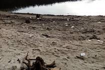 Na odhalených březích Orlíku se povalují odpadky.