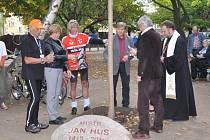 Výročí 600 let od upálení Mistra Jana Husa budou v Písku připomínat kámen a lípa v parku na Husově náměstí.