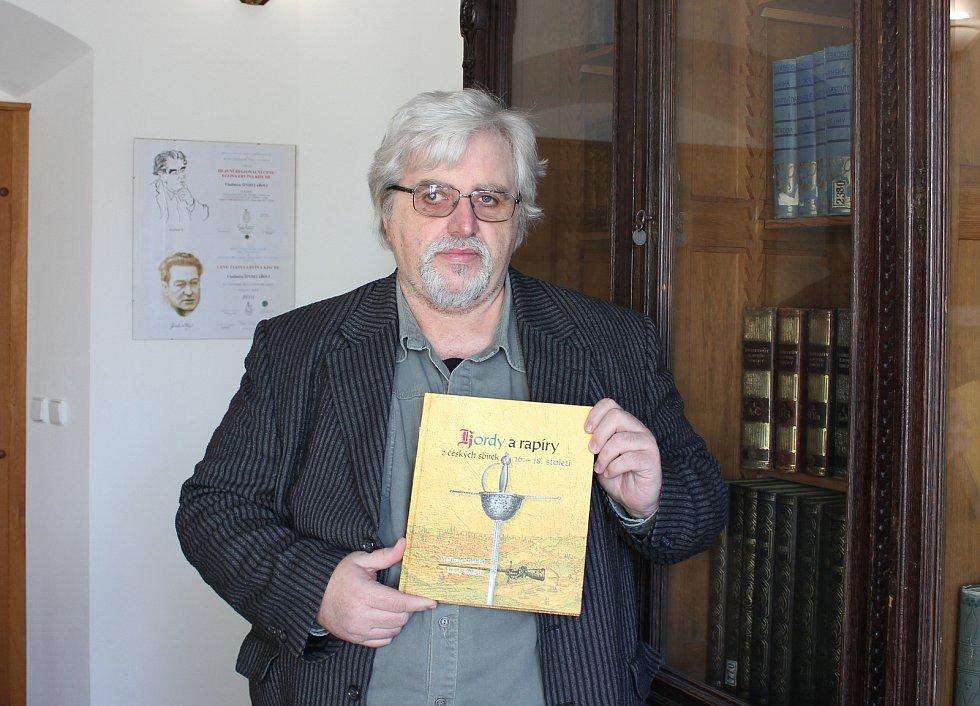 Nová kniha Kordy a rapíry z českých sbírek - 16. - 18. století autorů Vladimíra Šindeláře (na snímku) a Jakuba Šindeláře.