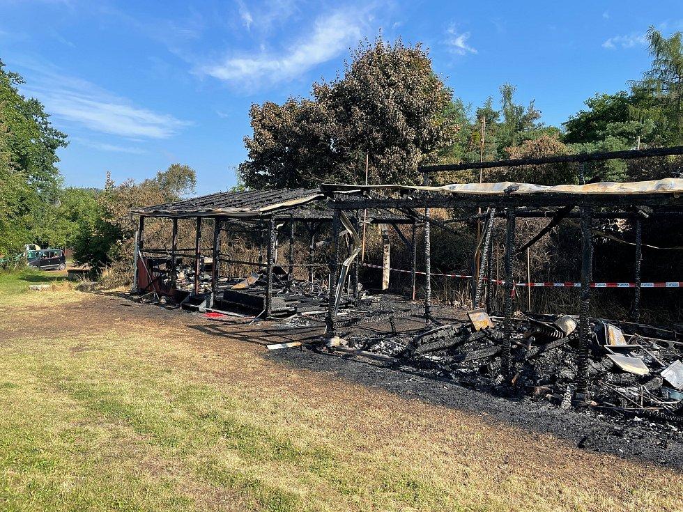 Karavany i s přístřešky kompletně lehly popelem. Bylo velkým štěstím, že se nikomu nic nestalo.