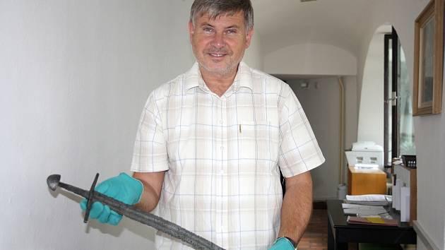 Meč z raného středověku představuje ředitel Prácheňského muzea v Písku Jiří Prášek.