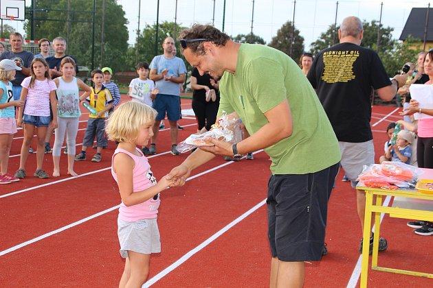 Sportovní odpoledne na novém školním hřišti v Kovářově.