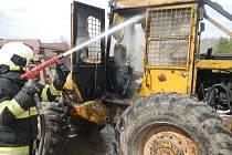 Hašení požáru traktoru ve Vůsí u Květova.