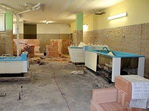 Odstraňování součástí vodoléčebného sálu.