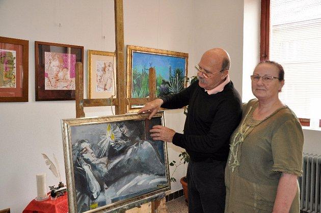 Písečtí výtvarníci Dalibor a Miloslava Říhánkovi ve svém ateliéru.