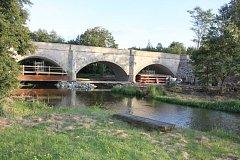 Rekonstrukce historického mostu v Nerestcích pokračuje.