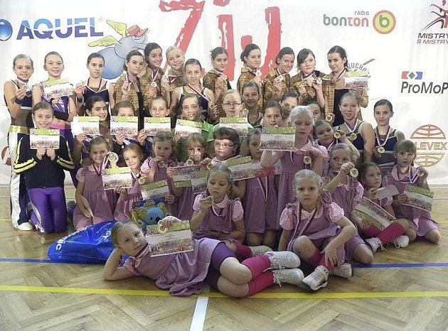Na snímku z Prahy jsou dívky aerobního klubu AC Sole Písek, které se zúčastnily zkušebního závodu Žij pohybem 2012. Z osmi pódiových skladeb klub získal sedm medailí.