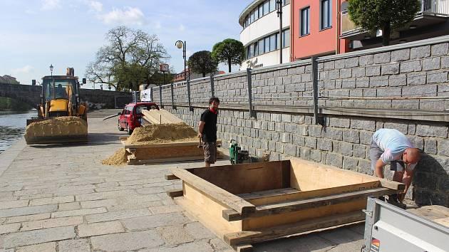 Sochaři Jiří Kašpar a Josef Faltus začínají pracovat na letošních sochách z písku.
