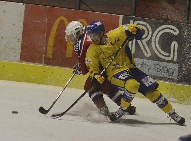 Domácí Marek Vaniš (vpravo) v osobním souboji s Davidem Dvořáčkem v pondělním zápase první ligy, ve kterém hokejisté Písku zvítězili nad Rebely z Havlíčkova Brodu 3:1.