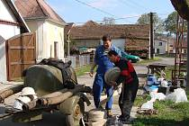 V obci fungují dobrovolní hasiči od roku 1898.